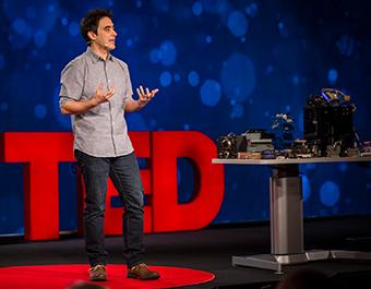 Andrew Pelling durant un événement TED talk